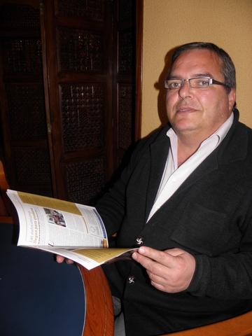 Alvaro Contreras con la revista de pinaresnoticias.com