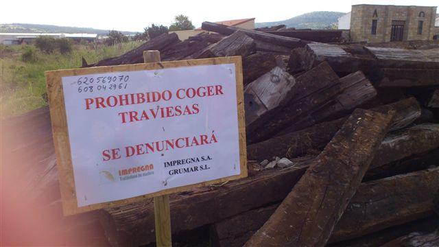 Traviesas acumuladas junto al cementerio de Cabrejas del Pinar.