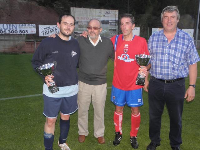 """El padre Honorio en uno de los partidos """"solidarios"""" disputados en Navaleno con representantes de los equipos y el alcalde, Paulino Herrero,"""