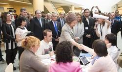 La Reina saluda a miembros de Aspanias.