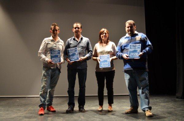 Los ganadores del concurso con su premio.