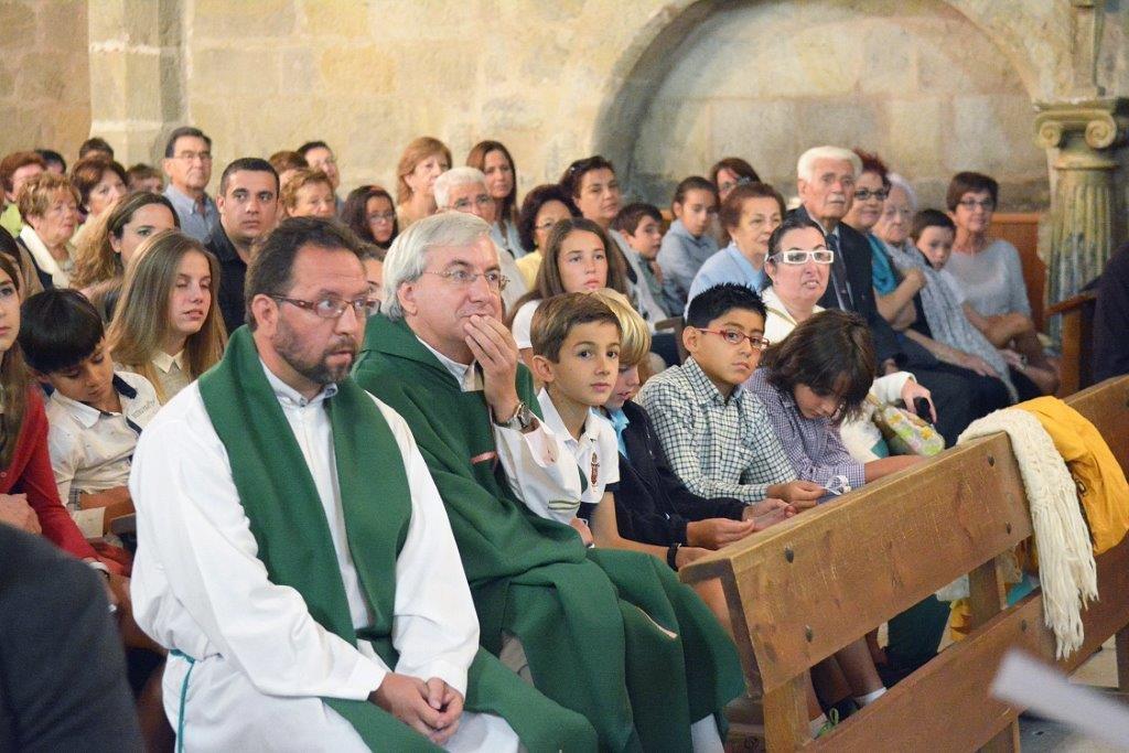 Imágenes de la despedida del párroco. Foto Azúa.