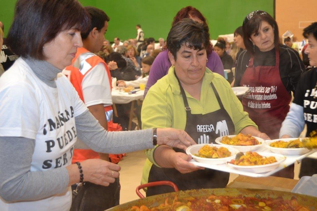 Voluntarias en la paella solidaria de Salas.