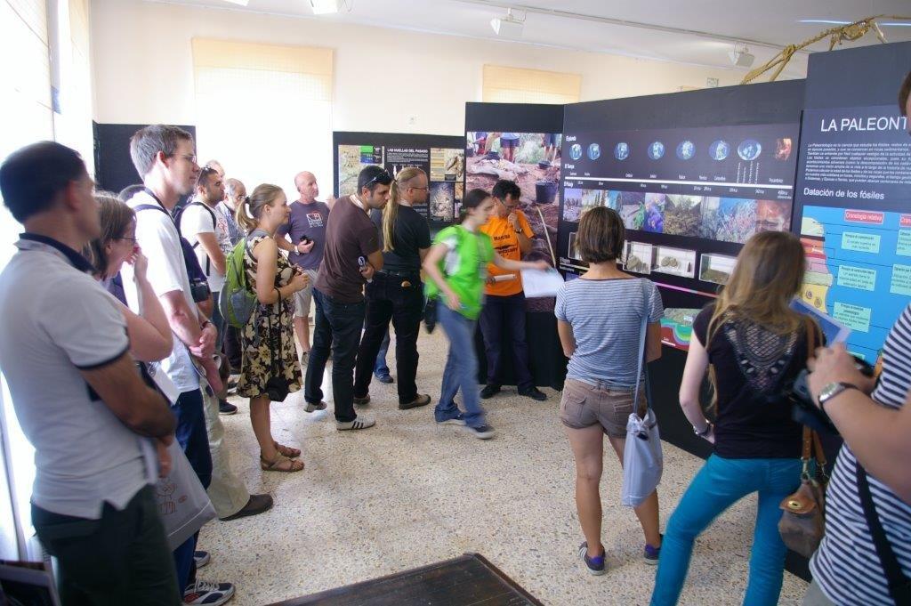 Imagen de la visita de un grupo en el Museo de Salas.