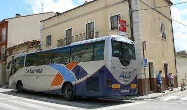 Autobús de La Serrana en Salas./Foto: ACOES.